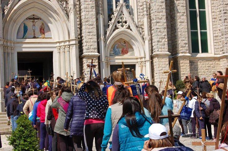 """Pellegrinaggio a piedi al Santuario dell'Addolorata di Castelpetroso (IS), proveniente da Pietramelara (CE); vediamo i numerosi pellegrini incedere appoggiati ai loro bastoni crociati, ai quali è agganciato un """"signum"""" della loro meta spirituale (maggio 2016)"""