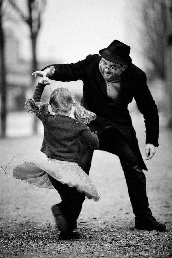 Abuelo y nieta bailando