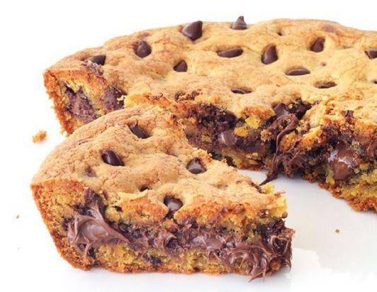 Απλά υπέροχο... Πάστα φλώρα με τέλεια τραγανή ζύμη μπισκότων cookies με σταγόνες σοκολάταςκαιγέμιση νουτέλα. Μια εύκολη συνταγή για να απολαύσετε το απόλ