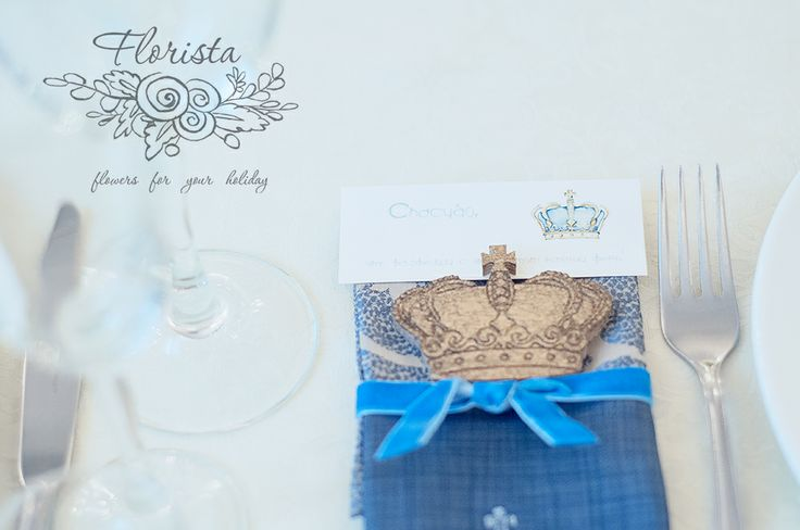 подарки для гостей: деревянные короны и салфетки