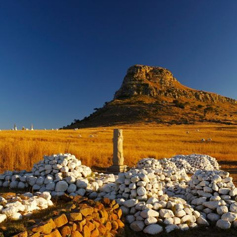 Reflecting on our history... Cairns of white stones and memorials mark the places where British soldiers died at the Battle of Isandlwana during the Anglo Zulu War of 1879. Near Nqutu in KwaZulu-Natal. #GottaLuvKZN Image by @Rogerdelaharpe