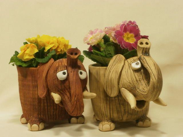 Slon-dóza nebo květináč Základní rozměr je bez hlavy cca 12x13 cm Vnitřek je glazovaný, proto je využitelný jako dóza, či obal květináče. Uvedená cena je za jeden kus.