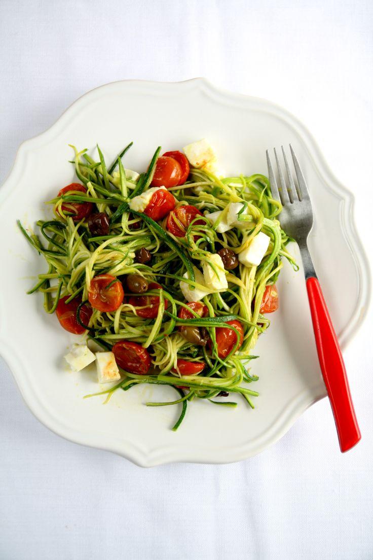 spaghetti di zucchine, pomodorini, mozzarella e olive