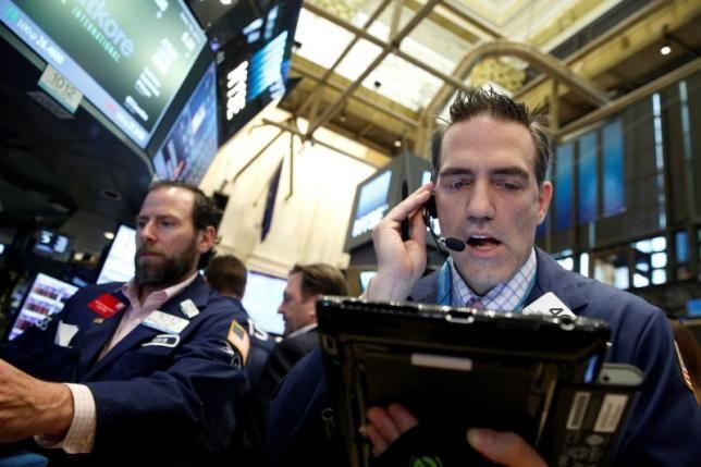 Traders work on the floor of the New York Stock Exchange (NYSE) in New York City, U.S., June 10, 2016. REUTERS/Brendan McDermid - RTSGXWU