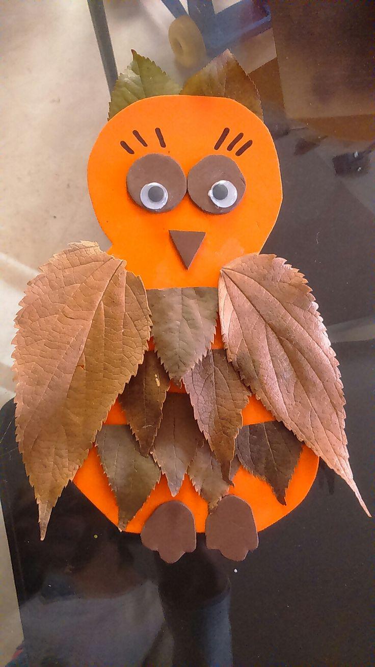 Aquí os dejo una idea muy vistosa y fácil de hacer para decorar en otoño. Necesitamos goma eva, tijeras, hojas secas, pegamento en barra y ojos de plástico. Lo primero es recortar...