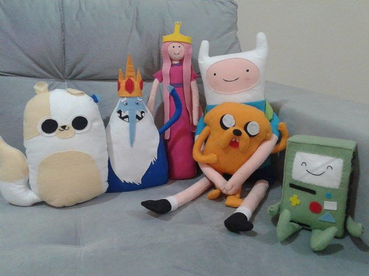6 bonecos feitos em feltro. os personagens podem ser substituidos por outro que a criança goste mais, mas que pertença ao tema a hora da aventura. Cada cesta de vime 20,00 a unidade, e as almofadas com 20 x 20 = 15,00