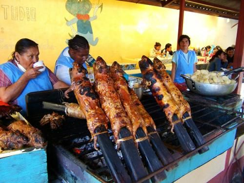 Жаренная гвинейская свинья (известная как морская свинка). Морские свинки изначально были одомашненны для употребления в пищу жителями Анд. До сих пор они являются неотьемлемой частью рациона жителей Перу и Боливии, особено в горной местности Анд. Также с удовольствием жаренные тушки морских свинок подают к столу в некоторых областях Эквадора и Колумбии.