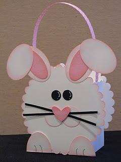 Doosje in de vorm van een konijntje. Gebruik de ronde schulpmal voor de kop van het konijn.