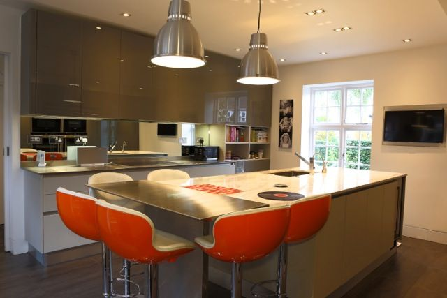 Kitchen island using two types of materials-marble and stainless steel