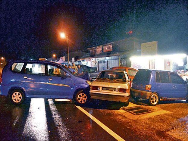 Elak kucing melintas punya pasal kereta warga emas hilang kawalan rempuh 3 kenderaan lain   Gara-gara ingin elak kucingmelintas jalan kereta yang dipandu oleh seorang warga emas berusia 65 tahun hilang kawalan lalu menyebabkan nahas empat kenderaan di Pekan Kota di sini malam kelmarin.  Dalam kejadian kira-kira jam 8.00 malam itu empat kenderaan yang terlibat ialah kereta jenis Proton Saga dari arah Tampin kenderaan pelbagai guna (MPV) jenis Toyota Avanza dari arah Rembau manakala dua…