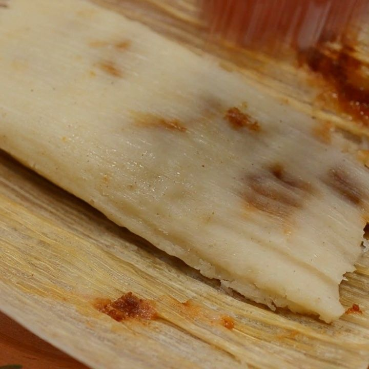 Vegan Potato Adobo Tamales. Potatoes and peas in a spicy Adobo sauce. Click on link in profile for recipe/ Tamales Veganos de Papás Adobadas, deliciosos y tiernitos. Encuentra la receta en mmmole.com #govegan #veganfoodshare #veganaofig #whatveganseat #veganfoodporn #veganmexican #mexicanvegan #vegano #mexicovegano #vegansofinstagram #plantbased #veganlife #plantstrong #plantbaseddiet #cleaneating #food52 #thefeedfeedvegan #huffposttaste #buzzfeedfood #vegantamales #tamales #petalatino