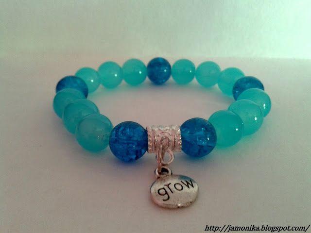 Bransoletka została wykonana ze szklanych koralików w odcieniu błękitu, oraz koralików crackle w ciemnoniebieskim kolorze.