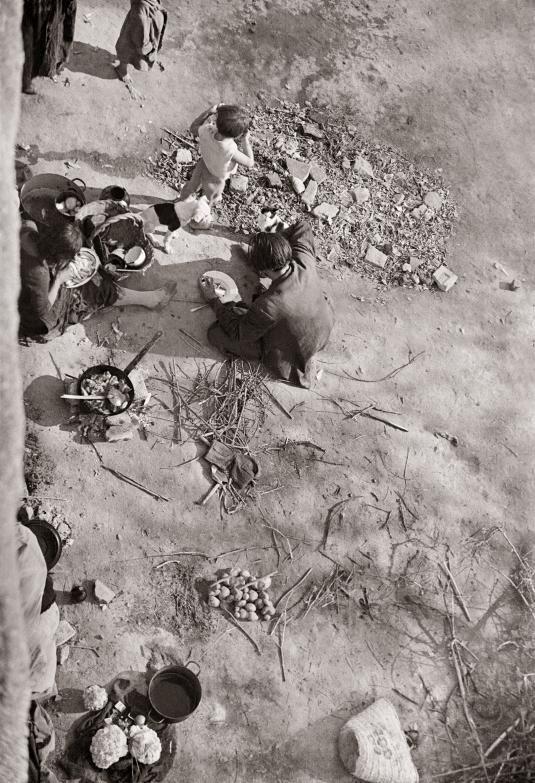 Madrid años 40: almuerzo a orillas del Manzanares Diego González Ragel Madrid, c. 1940