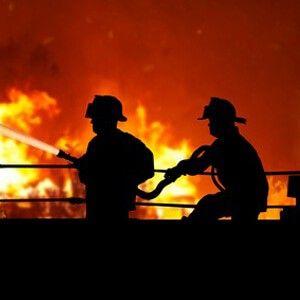 Gefahrstoffe: Neues Forschungsprojekt soll Feuerwehr schützen: Die Deutsche Gesetzliche Unfallversicherung (DGUV) untersucht, wie man Feuerwehrleute vor dem Kontakt mit Gefahrstoffen schützen kann. Ziel des Forschungsvorhabens ist es, herauszufinden, ob und wie schädliche Substanzen von der Haut aufgenommen werden. Die Ergebnisse sollen helfen, Arbeitsschutzmaßnahmen zu erarbeiten, die Feuerwehrleuten, die bei Ihrer Arbeit mit Gefahrstoffen in Berührung kommen, mehr Sicherheit bieten.