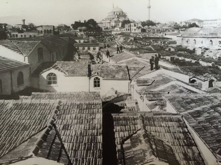Kapalıçarşı  Bir zamanlar üzeri kurşun levhalarla kaplı olan Kapalıçarşı'nın çatı örtüsü, kurşun plakalar sık sık çalındığı için alaturka kiremit ile değiştirilmiştir. Fotoğrafta 1894 depreminden sonra gerçekleştirilen tamirat sonrası Kapalıçarşı'yı görüyoruz. İleride görülen cami ise Bayezid Camii'dir.