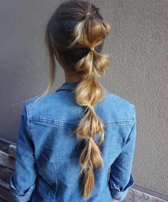 """Efecto trenza francesa. A veces es un poco complicado creara trenza con el cabello mediano, es por eso que te decimos cómo hacer que tu cabello """"luzca"""" como estuviera peinado en trenza. Sólo divide tu cabello en secciones y sujétalas con pequeñas liguitas. Ve enlazando cada sección como si fuese cadena y listo."""