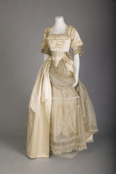 Lucile wedding dress; Silk satin, lace, silk flowers, 1918. Chicago History Museum. Oh i love this dress i could so pull this off