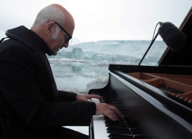 Ο Ludovico Einaudi παίζει πιάνο στη μέση του Αρκτικού Ωκεανού (Βίντεο)