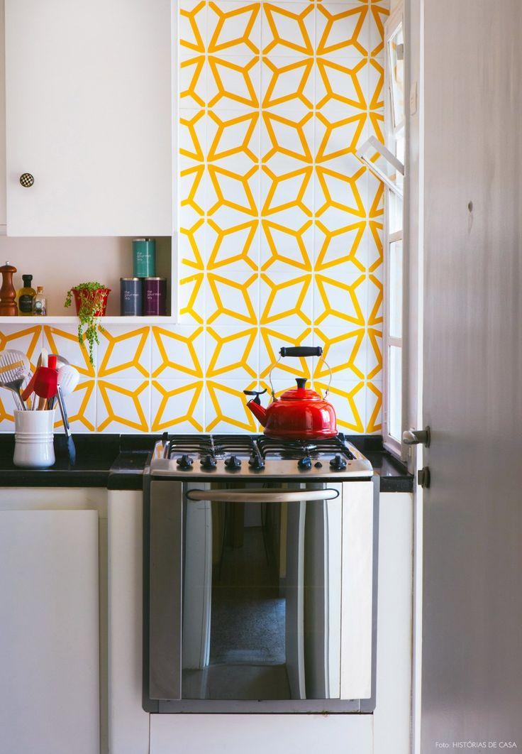 Essa cozinha ganhou charme extra com os azulejos com estampas geométricas da marca Lurca.