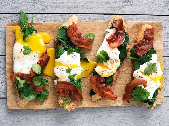 Pocherat ägg, spenat och smulat bacon på rostat bröd. Recept här.