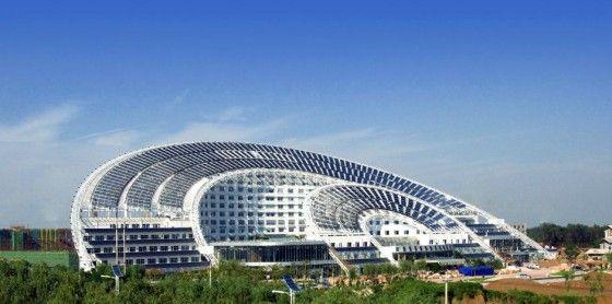 》Das Bürogebäude im chinesischen Dezhou: Das 'Riyuetan-Weipai Building' in der nordöstlichen Küstenprovinz Shandong ist mit einer Fläche von 75 000 Quadratmetern das größte solarbetriebene Gebäude der Welt. Die Energie für Warmwasser, Heizung und Klimaanlage liefern Photovoltaik-Module auf dem bogenförmigen Dach. Ein Teil des Bollwerks ist ein Hotel.《