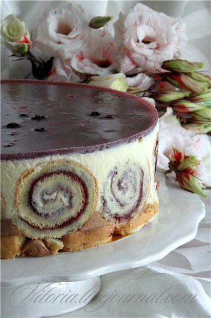 Сочетание нежного бисквитного рулета с джемом из лесных ягод,воздушный мусс из молочного и белого шоколада,под тонкой прослойкой желе из лесных ягод. Такой был…