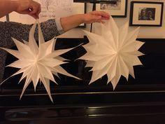 Gestern habe ich auf Facebook die Anleitung für Sterne aus Butterbrottüten gesehen. Und wer immer sich das ausgedacht hat ist genial. Ich weiss nicht von wem die Idee war, sonst würde ich ihn hier …