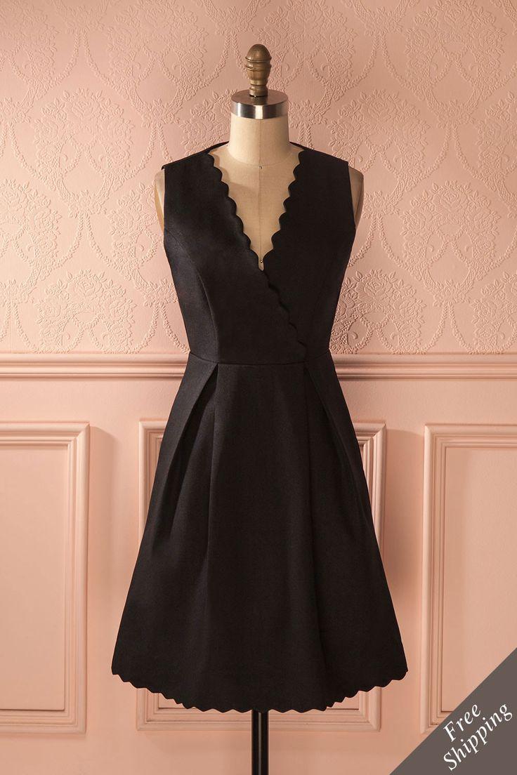 Le souci du détail est synonyme d'un sens du style impeccable.  Attention to detail is synonym for impeccable style. Attiya - Black A-line pleated dress www.1861.ca