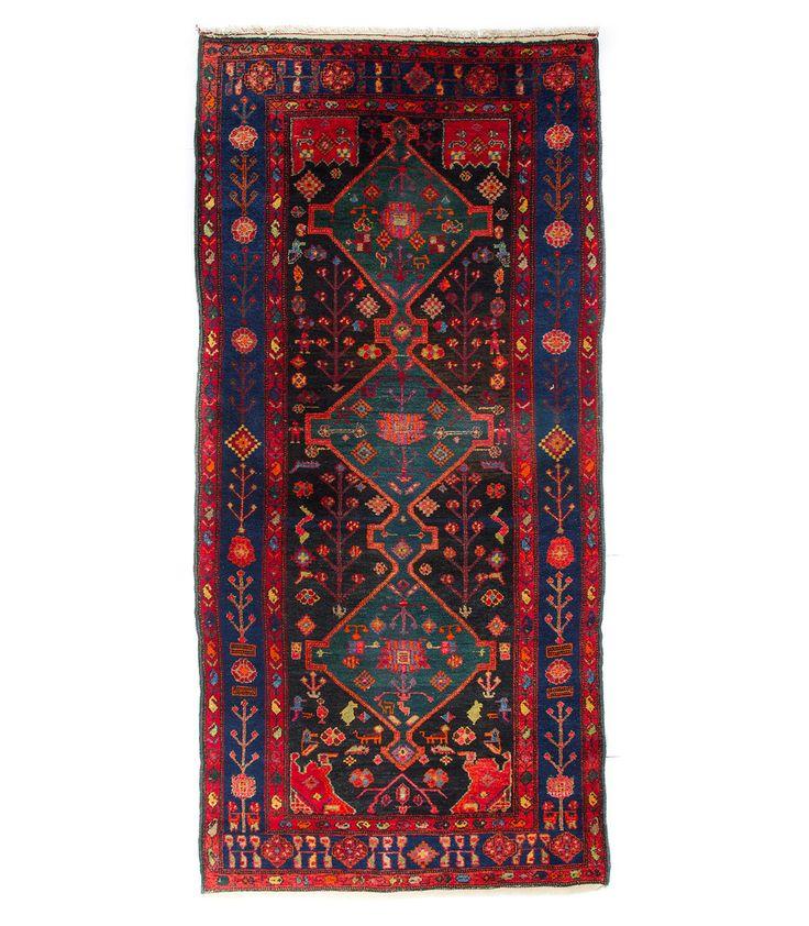 Город Хамадан, в котором был соткан этот возник более двух с половиной тысяч лет назад. Именно Здесь родился знаменитый философ и медик Авиценна. Есть все основания предполагать, что в этом районе традиция ручного изготовления ковров уходит в глубокую древность🌀.  Наиболее ценные антикварные образцы хамаданских ковров высоко ценятся коллекционерами🎩. Они отличаются тонким плетением, изготовлены из шерсти высокого качества, для них характерен длинный ворс, получаемый при высокой стрижке. С…