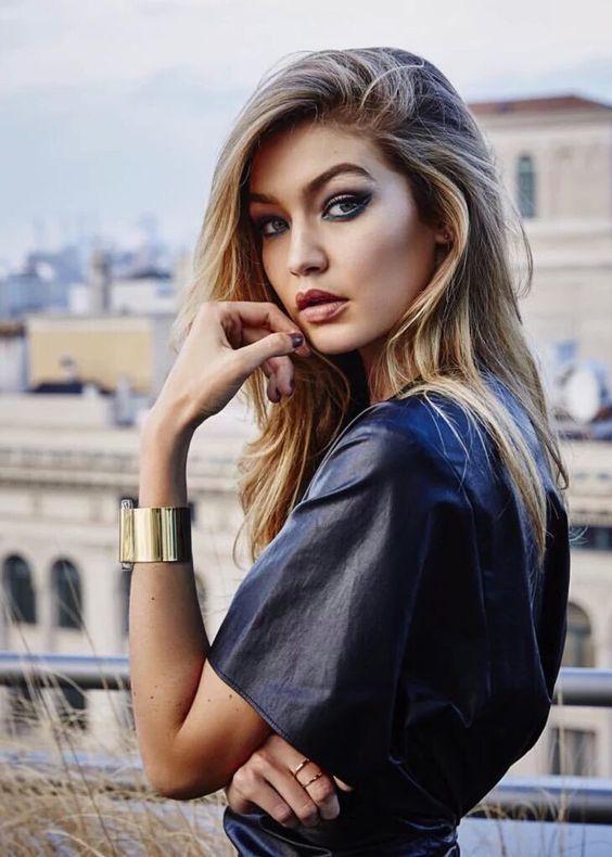 Ontem a modelo Gigi Hadid foi a anfitriã do evento AMAs (American Music Awards) e, para variar, ela arrasou no look! Então aproveitei o gancho para falar um pouco dela! Ela tem 21 anos e no ano passado estreou nas passarelas da Victoria's Secret e explodiu na fama – esse é basicamente o desfile mais …