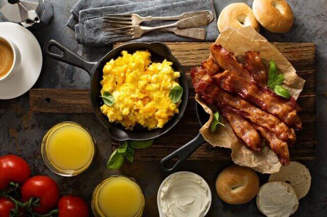 """MEC食は、高タンパク、高脂肪の食事を続けることで""""食べられないストレス""""を軽減し、無理なく痩せられるダイエットです。今回は、MEC食ダイエットを実践していてもワンパターンになってしまうレシピに悩んでいる人へオススメしたいレシピ集です"""