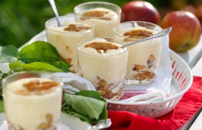 Vit chokladkräm med smörstekta äpplen
