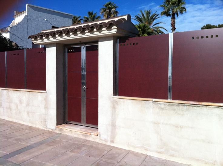 Valla y puerta ocultaci n de compacto fenolico y acero for Puertas chalet exterior