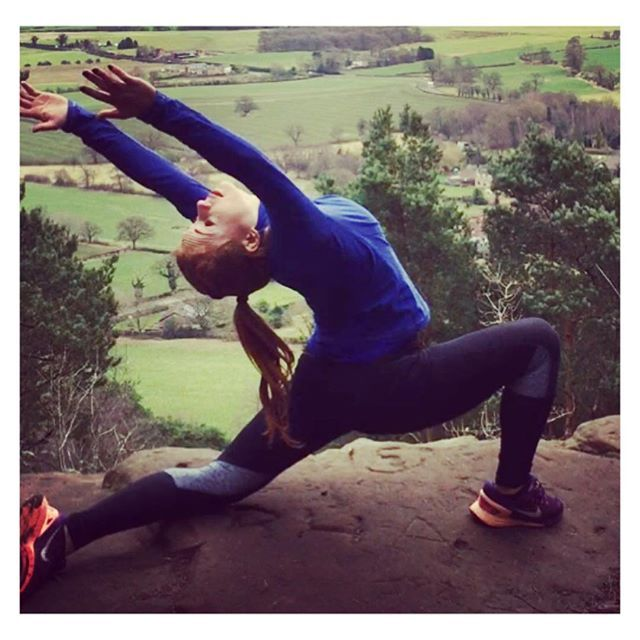 Mountain top yoga - outdoor yoga pose || Fit fashion, active living and yoga leggings