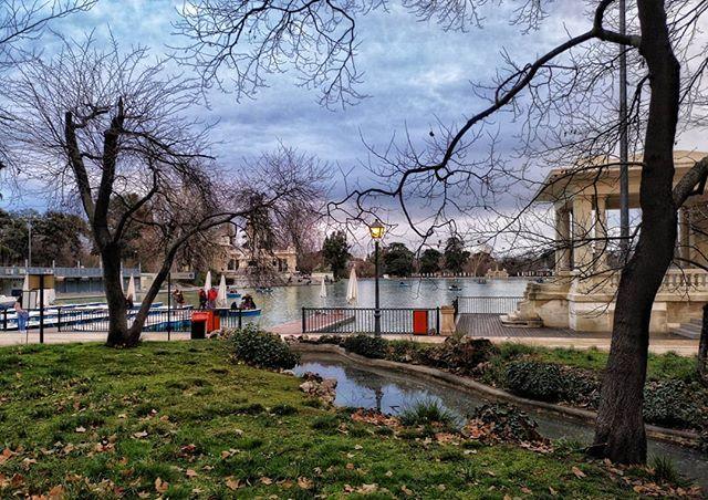 Parque del Retiro... #madrid #places#lugares #people#gente#urbanscenes#escenasurbanas #Color #winter #invierno @huaweimobileesp #sky #cielo #clouds