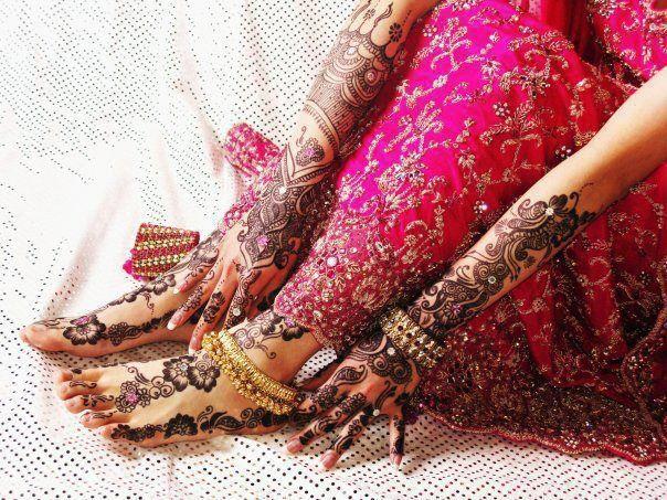 El mehndi es el segundo día de celebración de su boda para la mujer en Pakistán. Y se le llama así por que es tradición decorarse las manos con mehndi o henna. Al la chica que será la futura novia la sientan y comienzan a decorarla con una pasta vegetal marrón que luego se queda anaranjada al secarse al día siguiente. Los diseños que tatúan suelen ser pavos reales y flores, así como diseños de la cultura de ellos. Esta tradición es típica en países orientales y sobre todo árabes.
