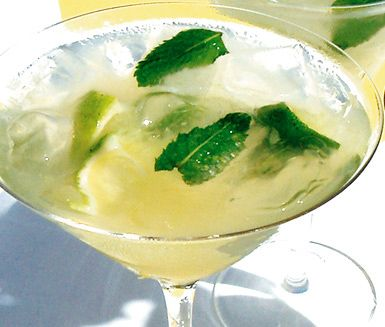 Caipirinha är en bedårande drink med både sött och syrligt inslag. Drinken går snabbt att göra och dekorerad med några myntablad i ett vacker glas är det en utmärkt välkomstdrink.