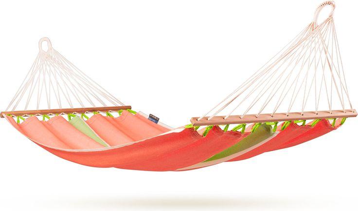 La Siesta Fruta Hangmat met spreidstok  La Siesta Fruta Deze hangmat van La Siesta is uitgerust met een spreidstok. Het voordeel hiervan is dat het plaatsnemen in de hangmat gemakkelijker is. De Fruta is gemaakt van HamacTex een stevig materiaal dat weerbestendig is. Deze hangmat kun je dus het gehele jaar door buiten ophangen. Deze stof droogt bovendien snel dus dus na een regenbui kun je weer snel plaatsnemen in je hangmat. De Fruta eenpersoons hangmat met spreidstok heeft een afmeting van…