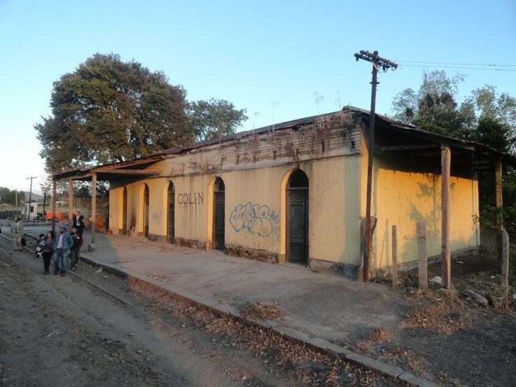 Primera parada: Estación Colín, los pasajeros esperando.
