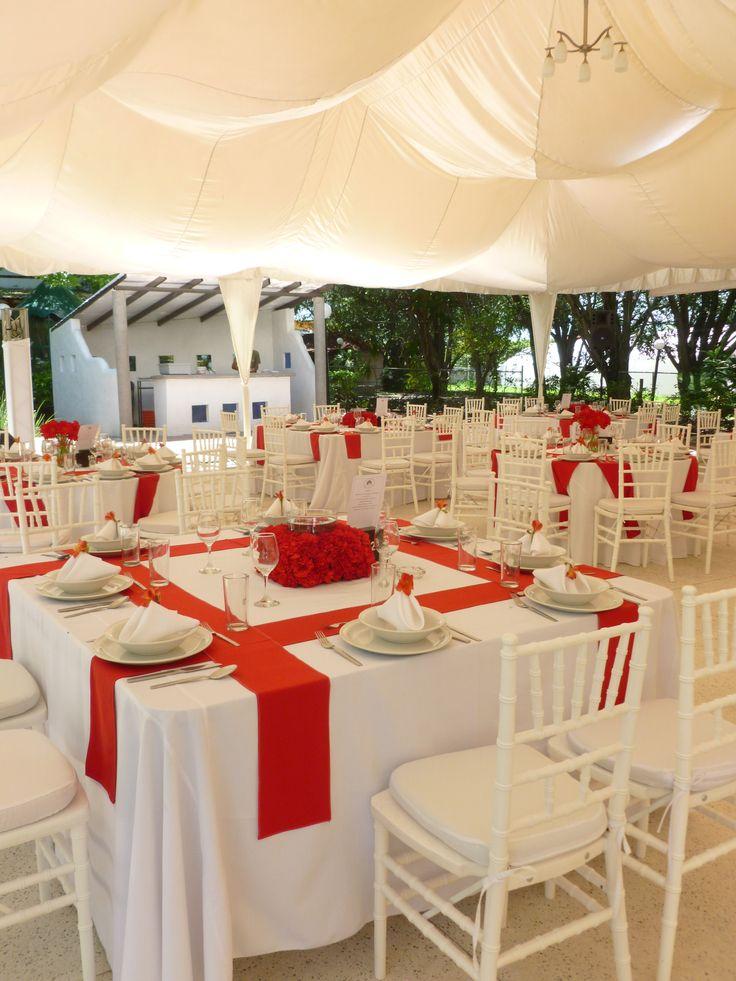 montaje boda con mesas cuadradas sillas tiffany blancas y tiras de gato en color rojo