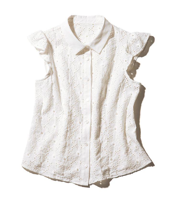 清涼感のある白のカットレースブラウスは夏にぴったり♡ カジュアルさもありながら、襟できちんと感を演出できるレースブラウスは、ちょっとしたお出かけにも便利な1枚。佐々木希が紹介する着まわし術を参考にしてみて!