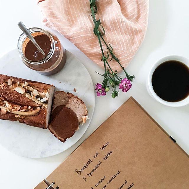 Sødt bananbrød med hjemmelavet nutella. Haps!  Opskriften finder du på A Food Affair - direkte link i bio  #afoodaffairbysteph #bananbrød #nøddesmør #snacktime