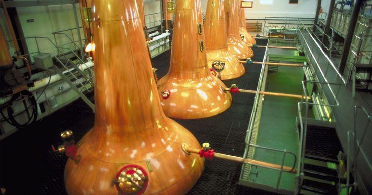 Destilação a vapor vs. destilação simples. A destilação é um processo utilizado para separar dois líquidos numa mistura, baseado nos seus respetivos pontos de ebulição. Trata-se de aquecer uma mistura e recolher os vapores ou gases que dela saem. A destilação não envolve a criação nem a modificação dos componentes presentes na mistura, e baseia-se no ponto de vapor e na volatilidade, que ...