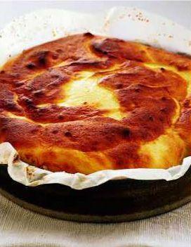 Recette gâteau au fromage blanc : Chemiser un moule à manqué de papier sulfurisé beurré au pinceau et légèrement sucré. Dans un bol, mélanger la fari...