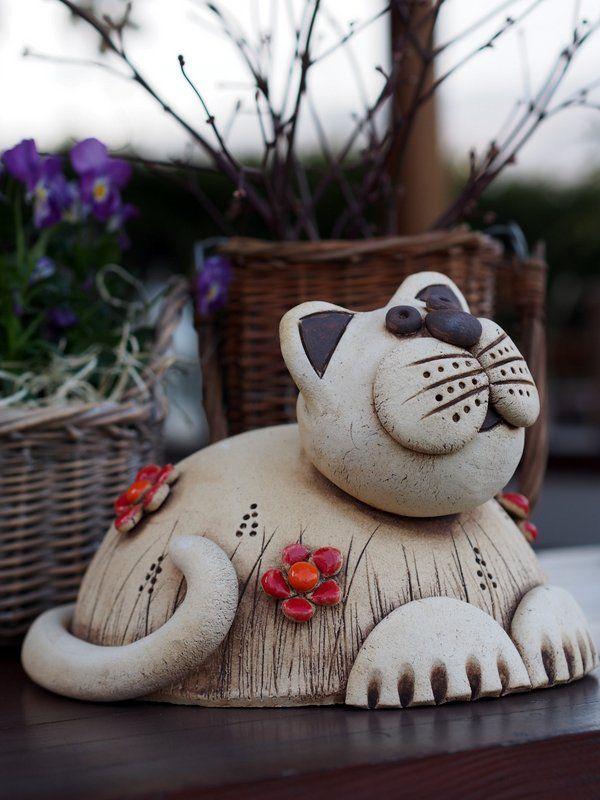 Kočičanda Je vyrobená ze šamotové hlíny. Květinky vám udělám barevně podle vašeho vkusu. Keramika je mrazuvzdorná. Může vám dělat radost třeba v posezení, nebo ve skalce, kde se bude vyhřívat. ROZMĚRY: d.25cm, v. cca 17cm