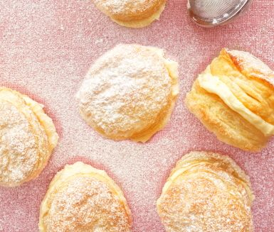 Franska våfflor är små söta bakverk som du gör på smördeg och smörkräm. Här ger vi krämen smak av citron, men det är minst lika gott med mortlat pulverkaffe – dock inte riktigt lika barnvänligt!