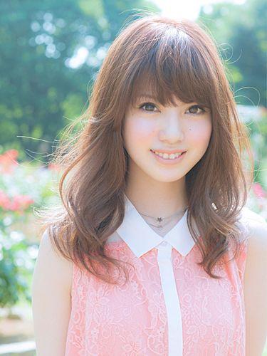 ブラウンミディアムカット×たまご型顔さんに♡ブラシを通すだけで自然なボリューム感がかわいいアレンジのヘアスタイルがおすすめ!ナチュラル感がかわいい髪型。