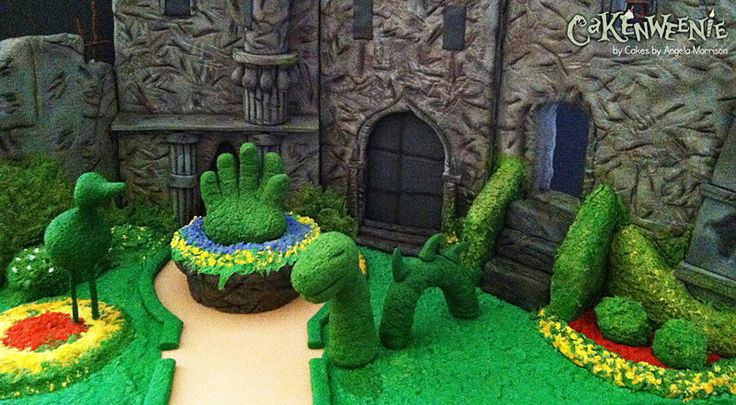 Perhaps Edward wouldn't mind cutting up this cake! Topiary Garden from Edward Scissorhands by Cakes by Angela Morrison via Cakenweenie