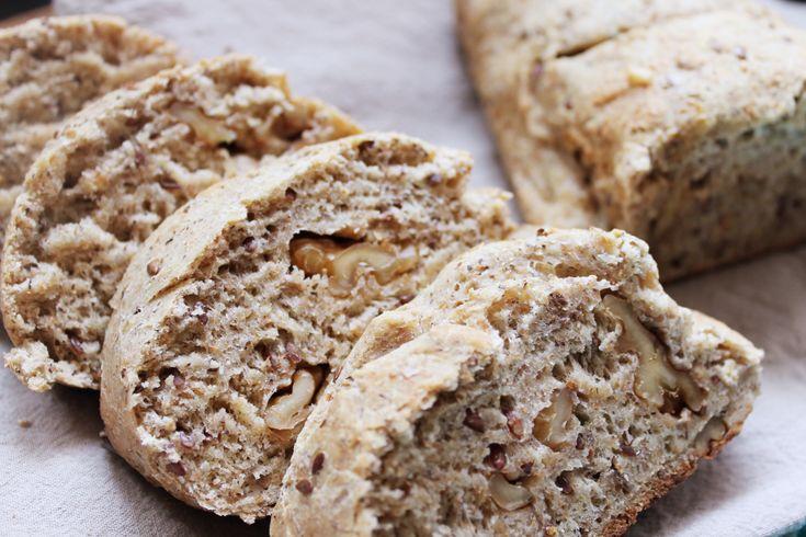 Pane alle noci Il pane alle noci è un classico saporito che in tavola fa colore ed allegria. In questa versione lo abbiniamo alla farina grano saraceno e farro. La preparazione è davvero rapida! Ci proviamo