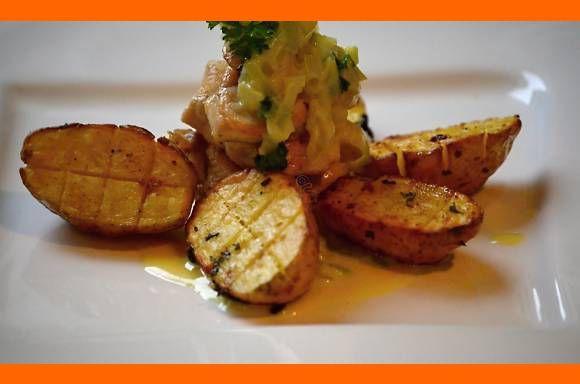 Kuracie medajlónky s pórovo-syrovou omáčkou, pečené zemiaky